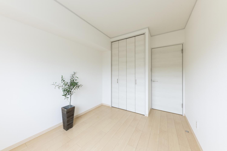 洋室/天井・壁のクロス、床材の貼り替えを行いました。明るく清潔感のある、お部屋に生まれ変わりました。