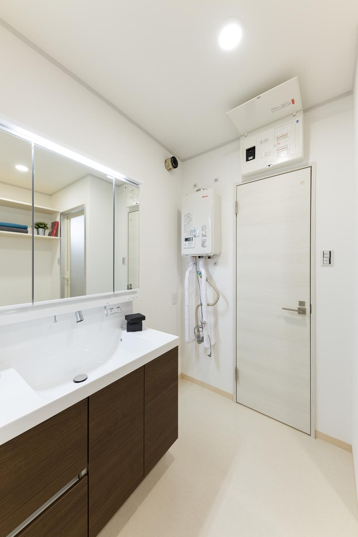 洗面室/洗面化粧台・照明の交換、天井・壁のクロス・床の貼り替えを行いました。白を基調とした清潔感のある空間に仕上がりました。