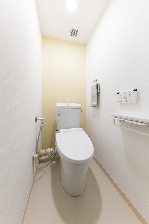 トイレ/床・クロスの全面張替え、便器・照明器具・建具の交換を行いました。背面にあしらったオレンジのアクセントクロスが明るく爽やかな空間を演出。