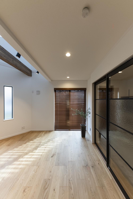 ガラスの引戸が、ショールームのような生活感の薄い洗練された美しいインテリアとなっています。