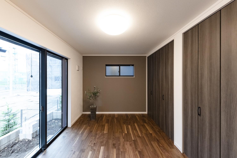 1階洋室/深い色味の建具やフローリングを合わせた、重厚感のある大人な雰囲気の室内。