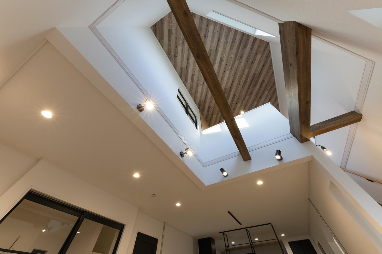 吹抜け部分の天井に木目調クロスを施しました。木の温もりに包まれ森林浴をしているような空間に仕上がりました。