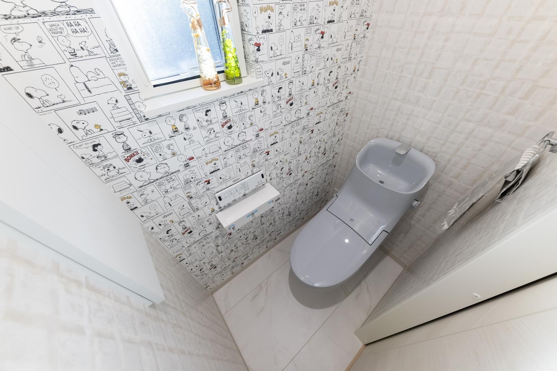 ポップなキャラクターデザインのクロスとスタイリッシュな柄のクロスを組合せた明るく楽しい気分になる2階トイレ♪