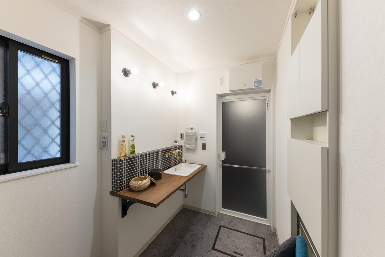 サニタリールーム/木目のカウンターやモザイクタイルを施したおしゃれな洗面化粧台。シンプルでスッキリしていて、とっても可愛いらしいデザイン♪