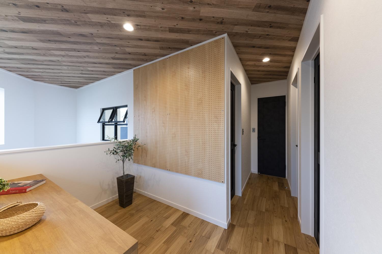 壁面に穴あき収納ボードを設置。ペグボード、パンチングボードや有孔ボードとも呼ばれ、好きな位置に好きなフックなどを取り付けて、自分だけの自由な壁かけ収納が行える便利なアイテム。