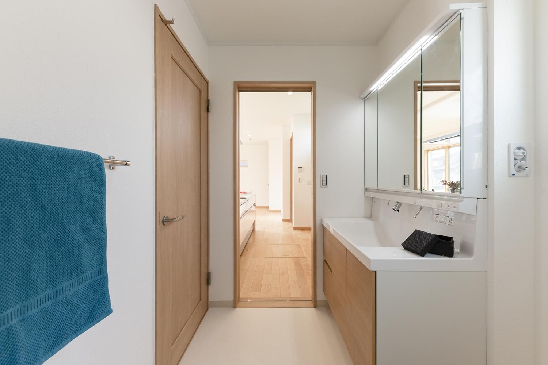 サニタリールームとキッチンの間にもドアを設け、家事動線の良い2Wayの間取りです。