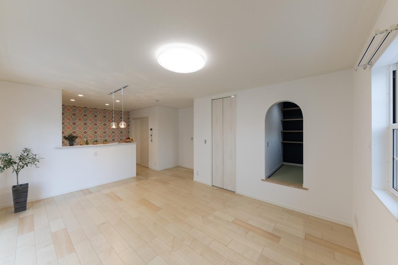 北欧風のカラフルな壁紙や、アーチ型の下がり壁をアクセントにした、可愛らしく温かみのあるLDK。