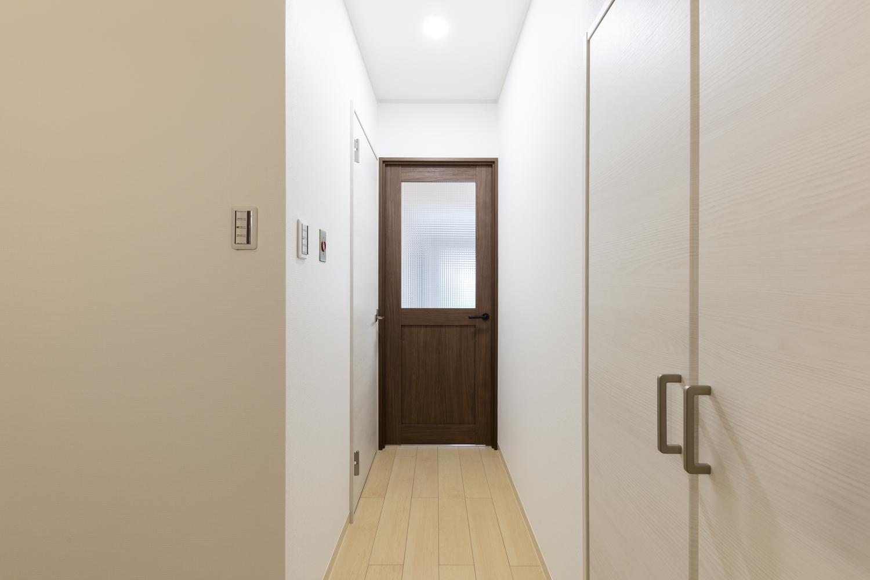 廊下/天井・壁のクロス、床材の貼り替えを行いました。リビングドアのガラスからも光が入り、明るい空間に大変身しました!