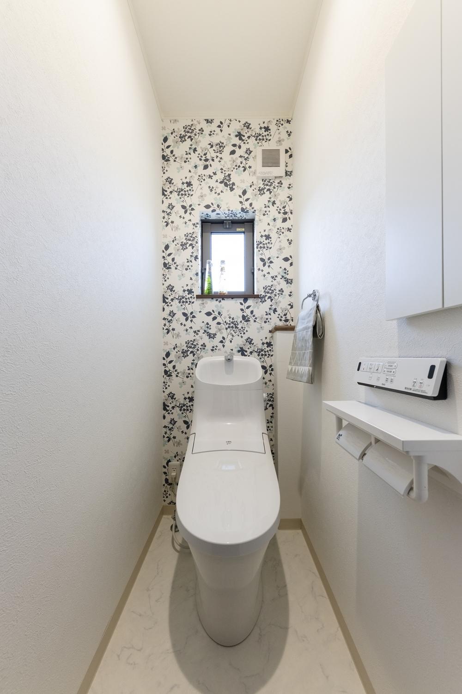 1階トイレ/背面に花柄のクロスを施しました。1面に貼るだけでとってもオシャレで華やかな空間に♪