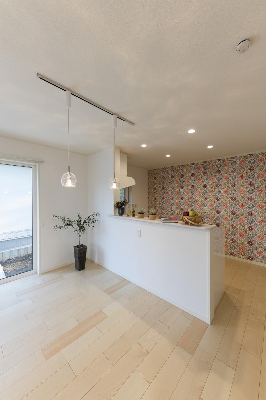 キッチン背面にポップで明るい北欧風のアクセントクロスを施してお部屋にワンポイントをプラスさせました♪
