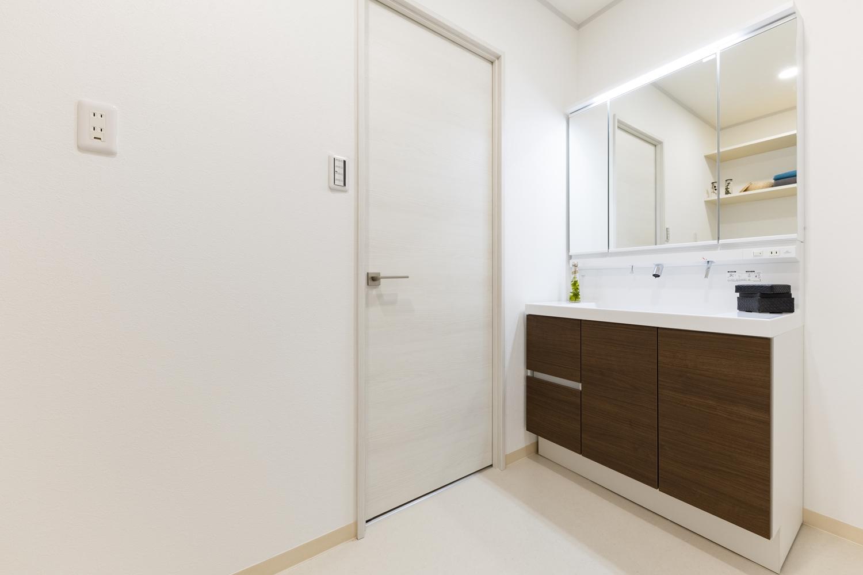 洗面室/プライバシーを考慮して、洗面室と廊下の間にドアを設けました。