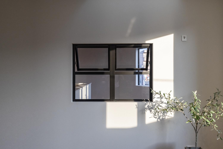2F洋室/吹抜けのある階段側に室内用の『通風窓』を設置しました。効率的な排熱を可能にし、見た目もオシャレで開放的♪