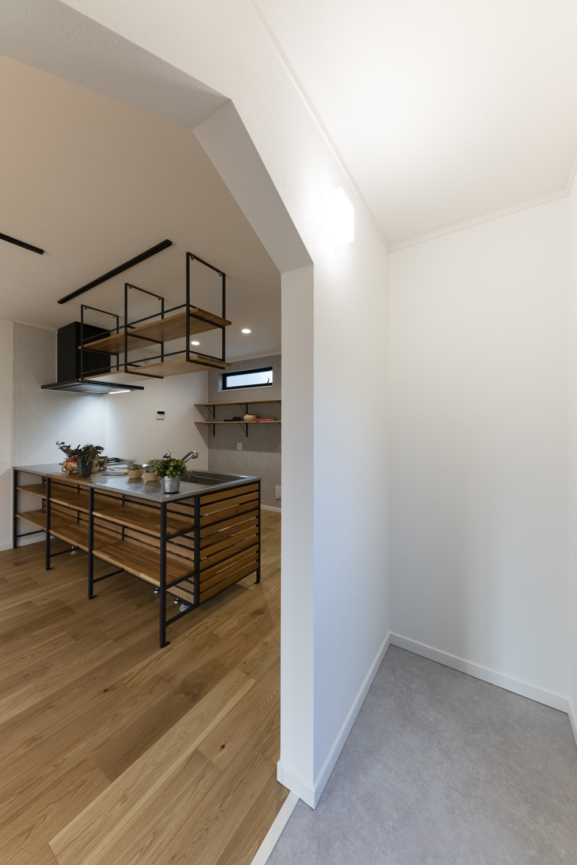 ドックヤード/リビング横の階段下にワンちゃん専用スペースを設けました。壁や床は汚れや傷に強く、お掃除が簡単です。