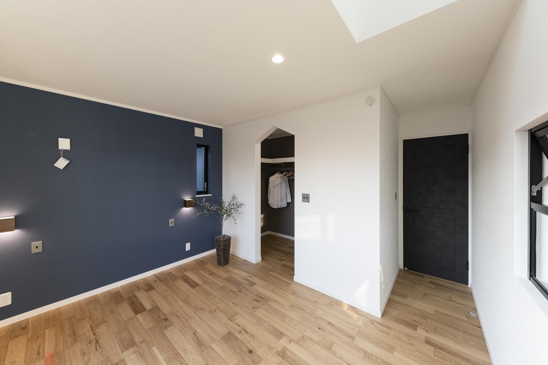2階洋室/ネイビーのアクセントクロスや間接照明、ペンキをローラーで塗った様なマットな質感のドアが、モダンな雰囲気を演出します。