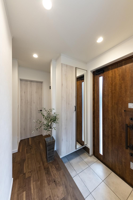 深いブラウン系とホワイト系のカラーを組合せてコントラストを付けた玄関。洗練された素敵な雰囲気に♪