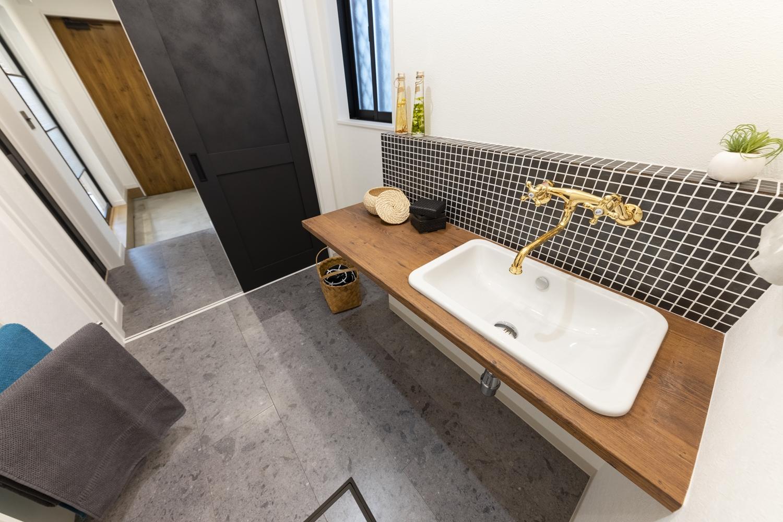 サニタリールーム/グレーの石目柄のフロアが高級感のあるモダン空間を演出します。