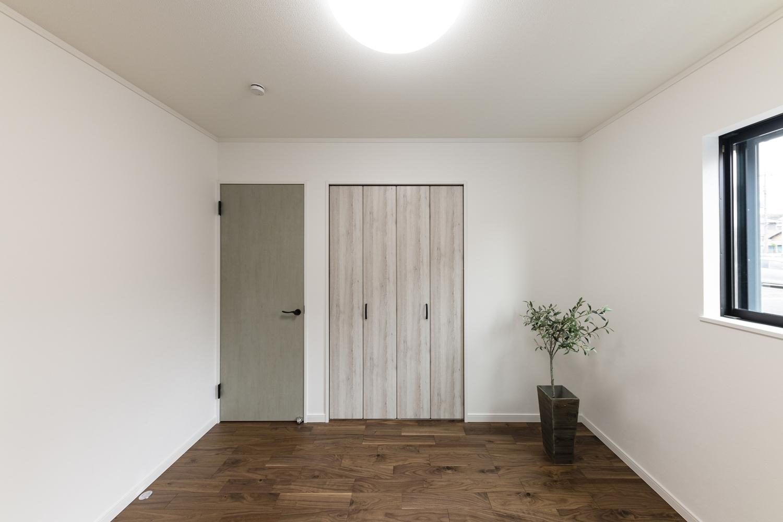 1階洋室/エイジング加工されたグリーンペイントのドアや、アッシュホワイトのクロゼット扉がお部屋のアクセントに。