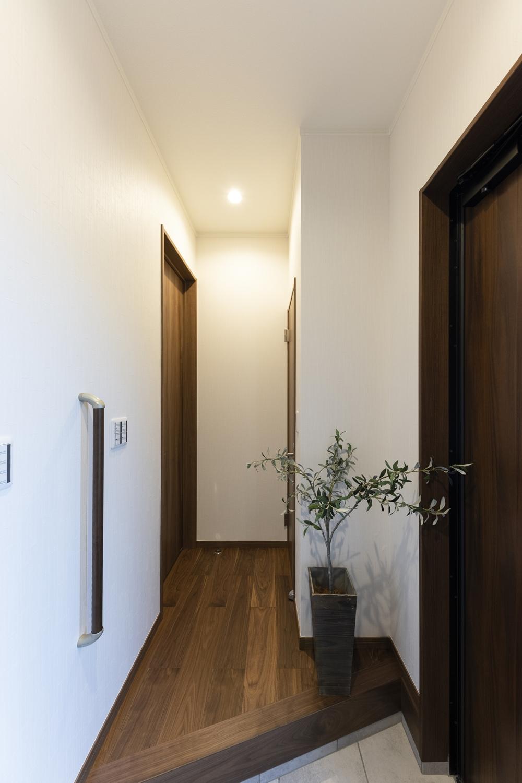 落ち着いた雰囲気の玄関ホール。玄関の昇り降りをやさしくサポートする手摺を設置しました。