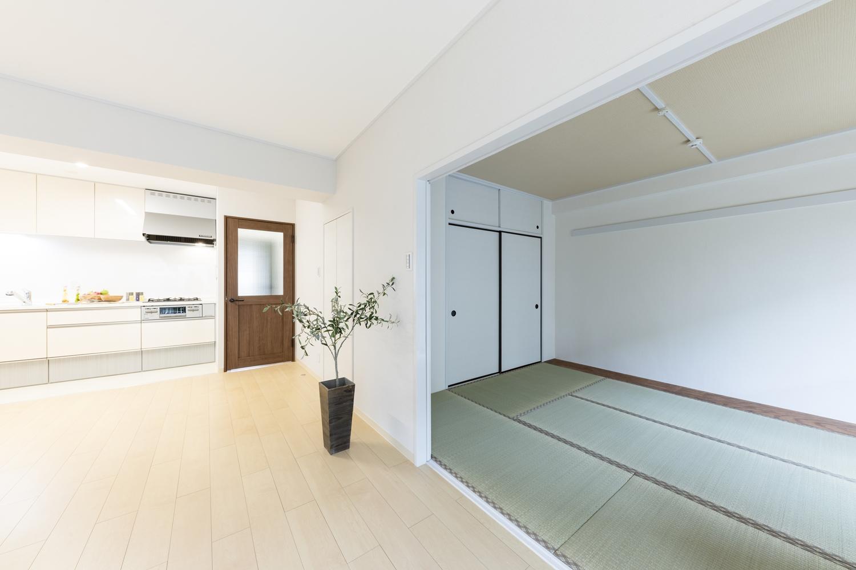 引き戸を開け放てば隣の和室がLDKと違和感なく調和し、開放感いっぱいの大空間に。