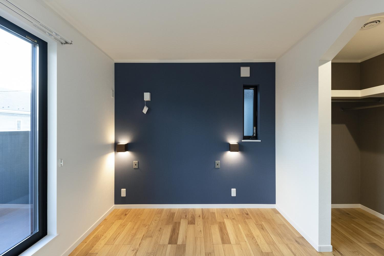 2階洋室/ネイビーのアクセントクロスや、おしゃれな間接照明が、モダンな雰囲気を演出します。