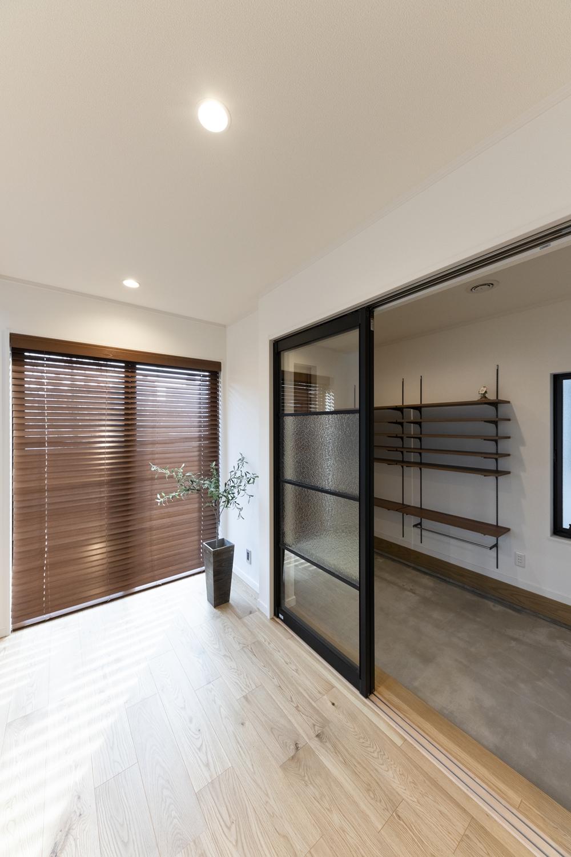 広々とした玄関土間。大きなガラスの戸を開けると明るいリビングが広がります。
