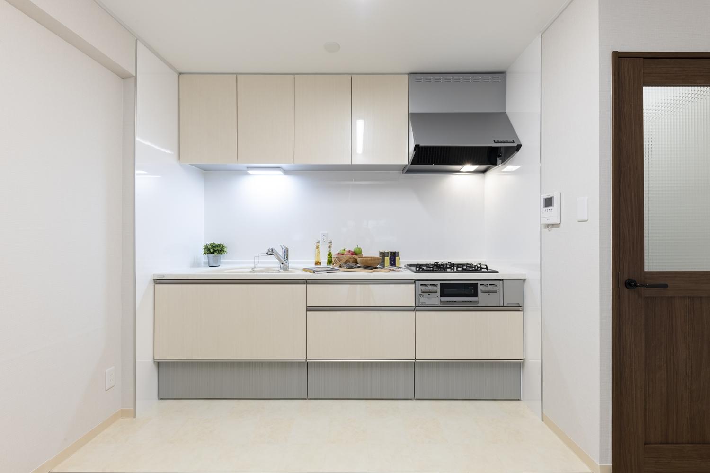 キッチン/天井・壁クロス・フローリングの貼り替え、照明の交換を行い、明るく清潔感のある空間に大変身しました。