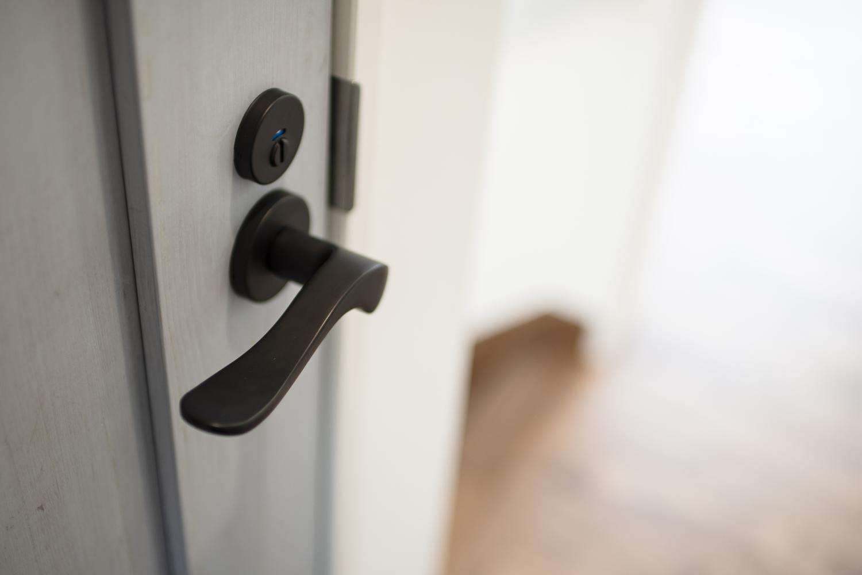 2階トイレ/エイジング加工されたブルーペイントのドアにアイアン調のブラックのドアハンドルを施しました。