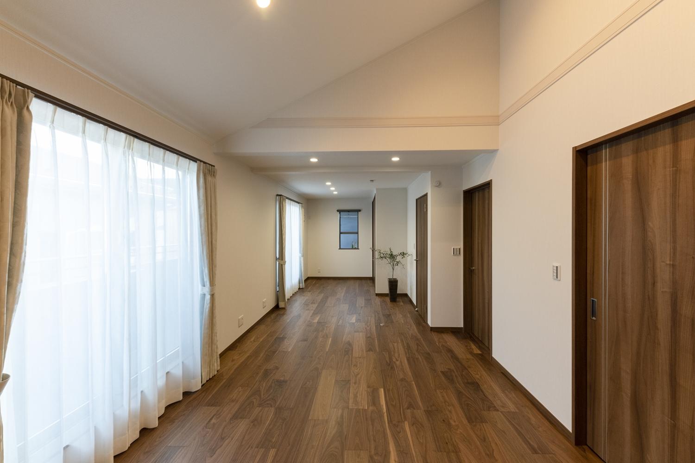 2階洋室/1階と同様に深い色味の建具やフローリングを施した、落ち着きと重厚感のある空間。