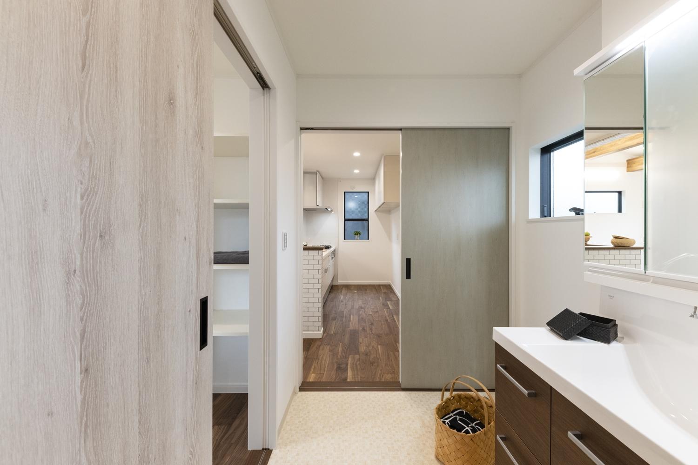 サニタリールームとキッチンの間にもドアを設け、家事動線の良い2Wayの間取り。