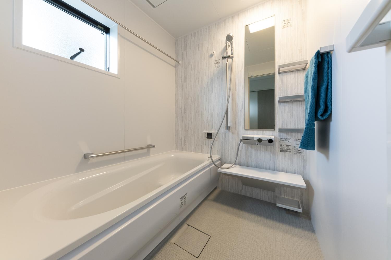 アッシュ系の白木調のアクセントパネルをあしらった爽やかな印象のバスルーム。