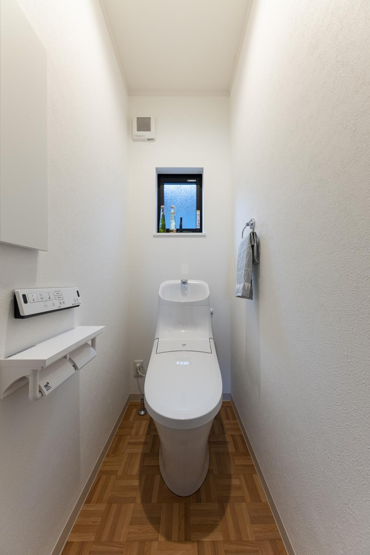 明るい木目デザインの床が目を惹く2階トイレ。