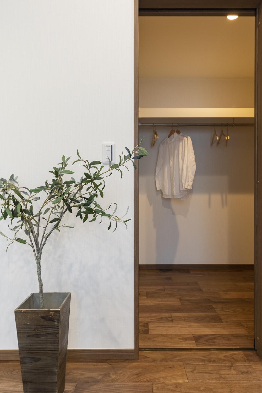 2階洋室/季節の衣類をたっぷり収納してくれる大容量のウォークインクロゼットを設えました。住空間を広々とご使用できます。