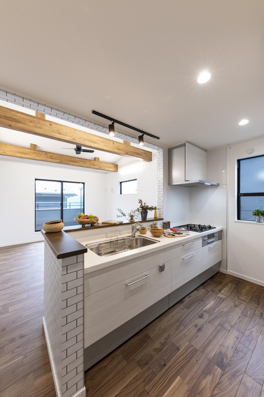 家事を楽しみながらお部屋全体を見渡せる対面式キッチン。白木調デザインのキッチン扉をチョイスして、フローリングの色とメリハリを付けた仕上がりに。