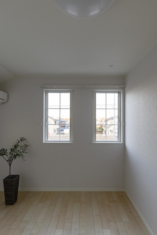 2階洋室/オシャレな格子窓が、さわやかな風を室内へと誘います。