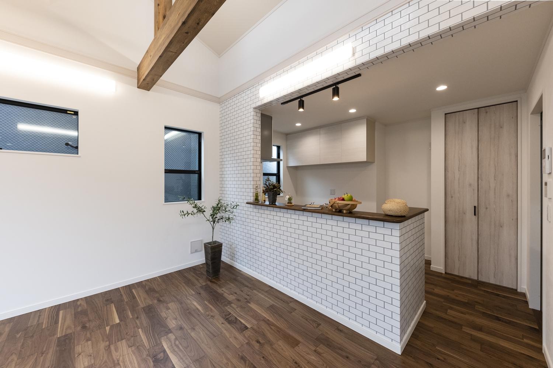 キッチンカウンター廻りにレンガ調のアクセントクロスを施しておしゃれなカフェの様な空間に♪