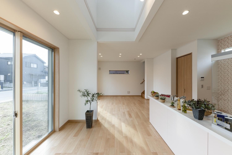 吹抜けと大きな窓から自然のやさしい光が降り注ぐ、明るく開放的な空間。