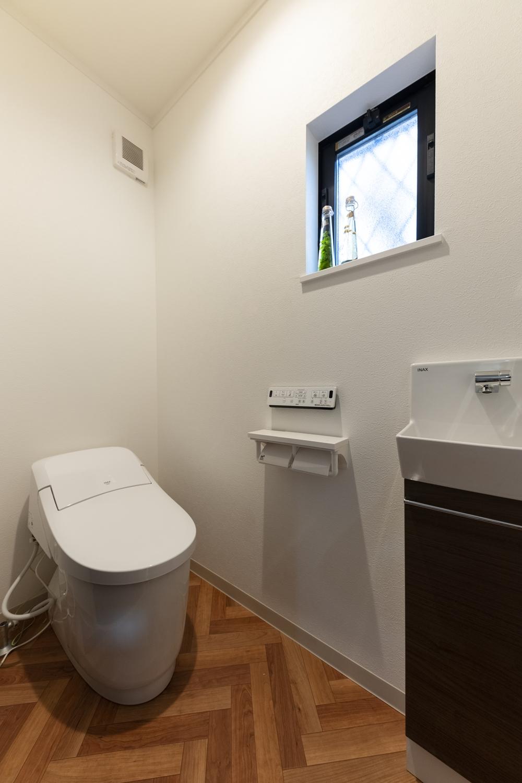 1階トイレ/コンパクトなタンクレストイレと手洗いを設置して、すっきりとした快適な空間に。