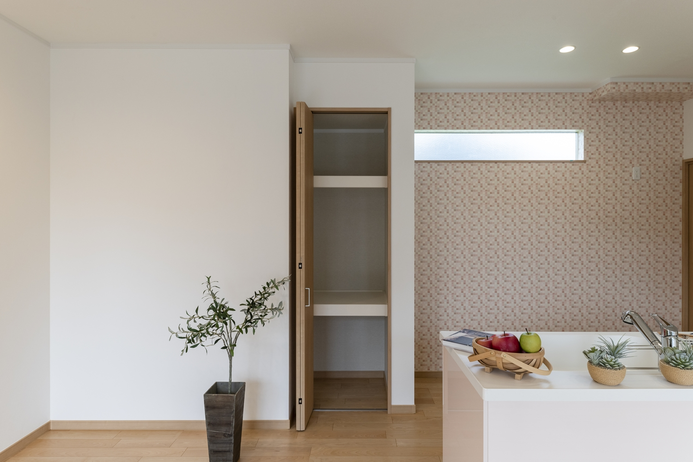 キッチン背面のパントリーは備蓄や場所をとるキッチン家電の保管にも便利♪