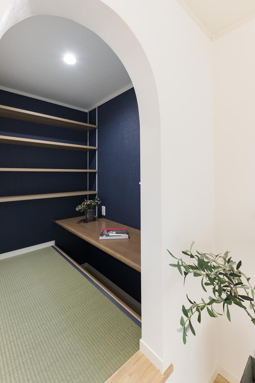 アーチ状の可愛らしい入口の奥には、小上がり畳の書斎を設えました。大人も子供もワクワクするような隠れ家みたいな空間です♪