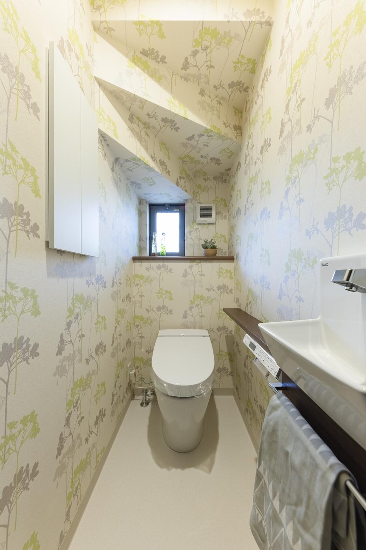 1階トイレ/植物柄のクロスを全面に施しました。トイレ内がパッと明るい印象に♪