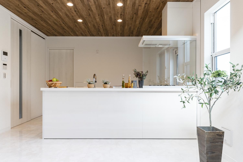 白を基調とした高級感のあるキッチン周り♪