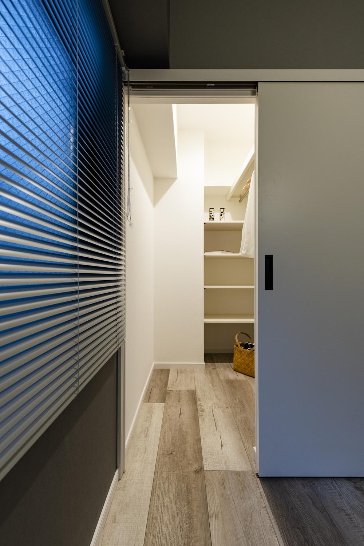 洋室/ウォークインクローゼットを新設。床に段差を設けずお掃除もラクラク♪照明を設置して明るく洋服選びがしやすくなりました!