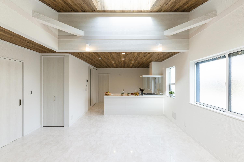 白い大理石柄のフロアに、木目調クロスを施した天井。コントラストが美しい、ラグジュアリー感漂う素敵な雰囲気のリビングになりました。