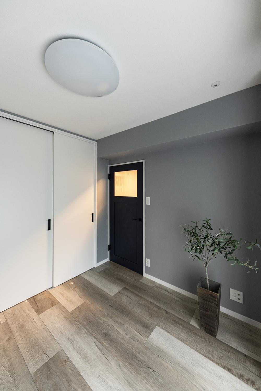 洋室/グレー系をミックスさせた幅広のフローリングを既存の床に重ね張りしました。異なる不揃いなカラーのコントラストが、カッコイイ表情を創り出してくれます。
