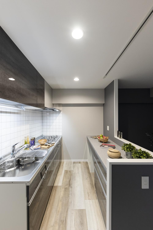 キッチンとリビングの境にカウンターを設け、作業場を目隠ししつつ、作業スペースや配膳台、家電の収納など多用途に使えるマルチスペースに♪
