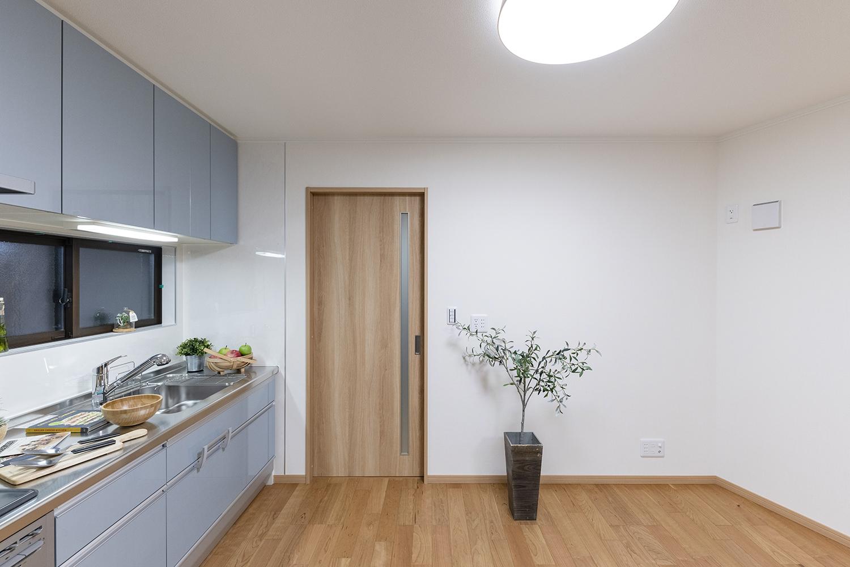 爽やかなブルーのキッチン扉の清潔感溢れるキッチンスペース。