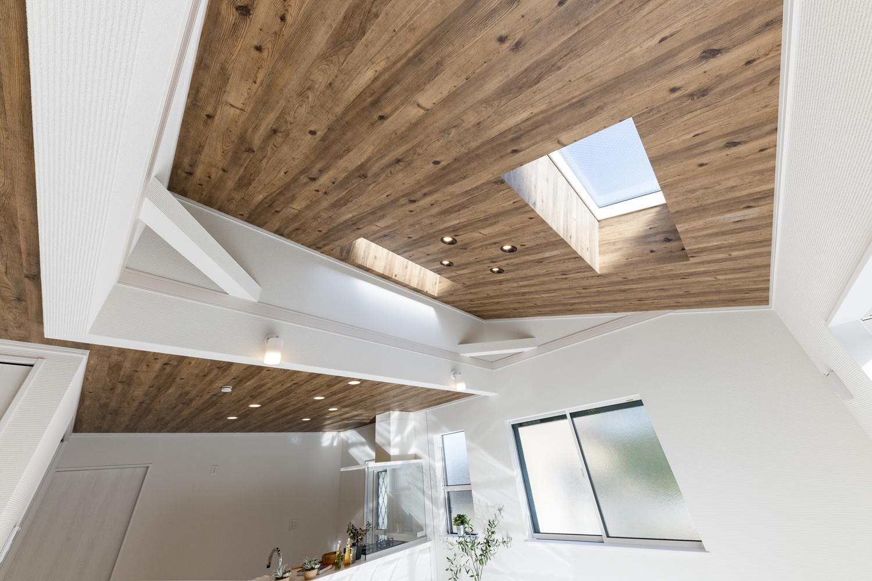 勾配天井にトップライトを設え、空間に自然のやさしい光を取り込みます。本来は天井に隠されている火打ち梁をあらわしにして、お部屋のアクセントに。