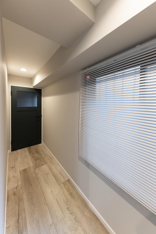 廊下/グレーをベースにした、やわらかさとシックさを合わせ持つ、ハイセンスな空間。
