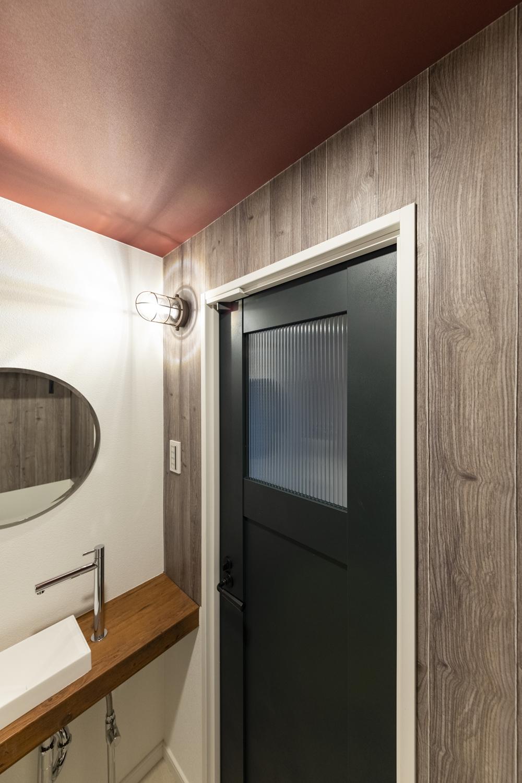 トイレ/アンティーク家具にも使われているデザインガラスをはめ込んだ、深みのあるグリーンのドアが空間のアクセントに♪