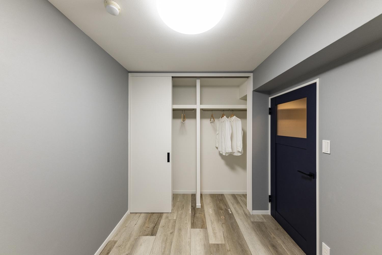 洋室/隣のお部屋の収納部分の間取りを変えて、こちらのお部屋のクロゼットを広くしました、床に段差を設けずお掃除もラクラク♪